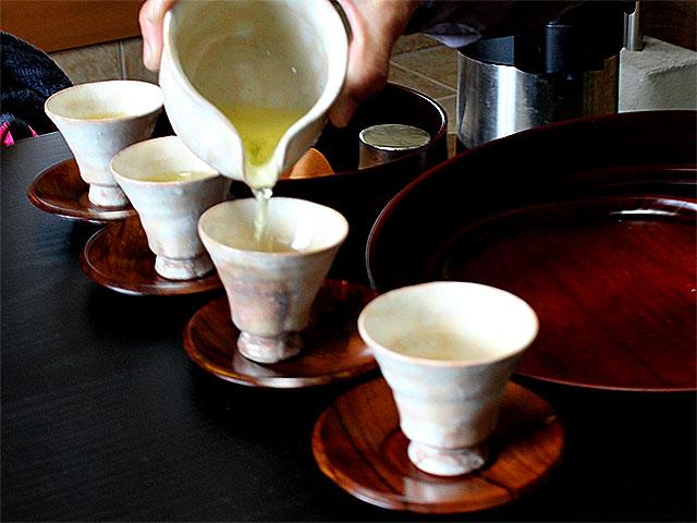 信楽焼の茶器で朝宮茶を
