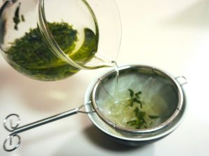 茶こしでリーフ茶を淹れる