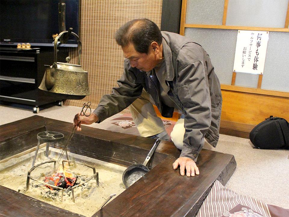 何事も体験、セルフサービスが基本だが、囲炉裏の火は藤谷さんに起こしてもらった